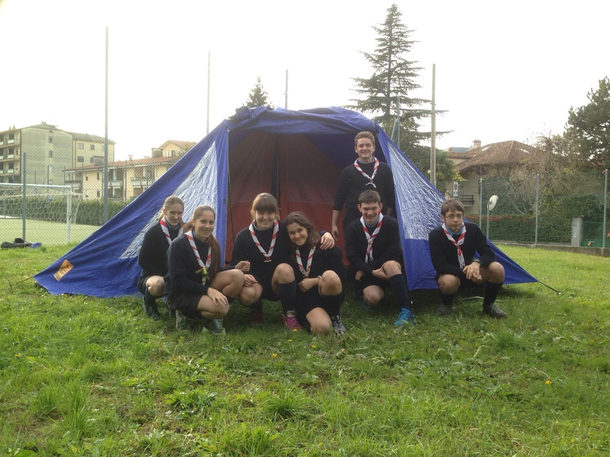 Gli esploratori e guide davanti alla nuova tenda